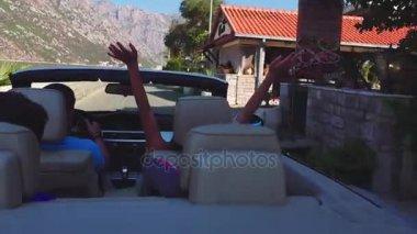 Weergave van gelukkige paar verliefd door het raam van een auto