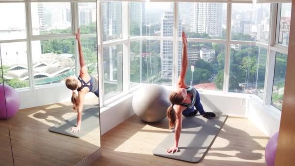 Přizpůsobit žena pózuje boční prkna jóga pilates koncept fitness zdravého životního stylu
