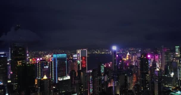 Antény. Pohled na přístav Victoria s Hong Kong skyline a městské mrakodrapy v noci. Mraky na obloze