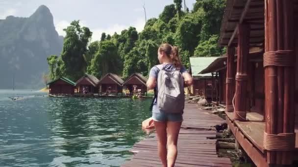 Mladá žena batohem výhled krajina jezera a hory s mlhové vrstvy ráno, Asie, Vintage tón