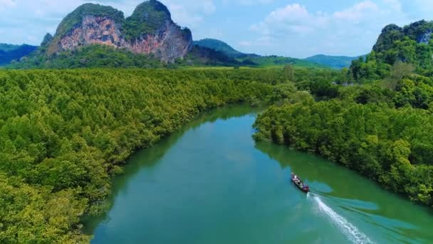 Antény. Thajsko pohled shora, pohled hukot řeky v zelených tropických lesů, krásná příroda džungle divočina. Hory na pozadí