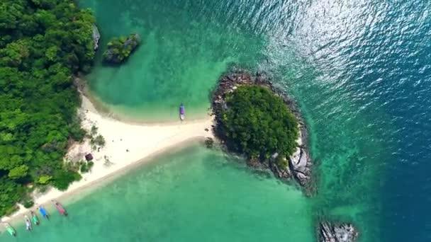 Moře letecký pohled, pohled shora, úžasné přírodní pozadí. Barva vody a krásně jasné. Azure beach s rocky mountains a čistou vodou Thajsko oceánu na slunečný den. Krajinném zázemí