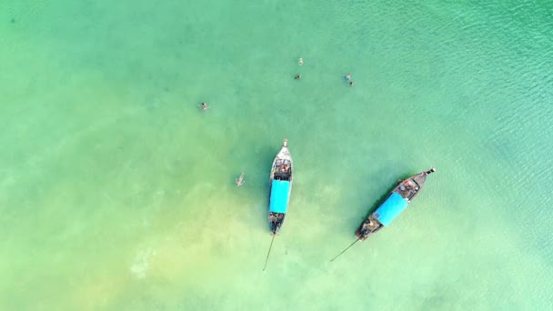 Antenne. Kamera bewegt sich von unten nach oben in Lagune. Blick von oben auf die abgelegene tropische Felseninsel mit türkisfarbenem Wasser und weißem Strand. Krabi Provinz, Thailand.