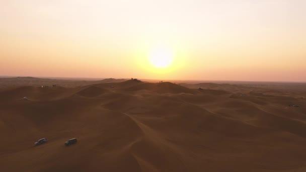 Antenne. Blick von oben auf den Sonnenuntergang über den Dünen der Liwa-Wüste in Abu Dhabi