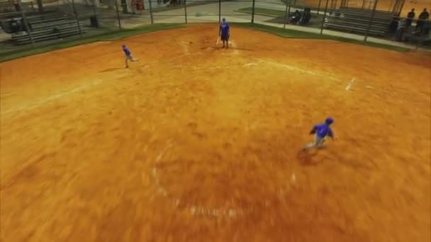 Chladný letecké cestování snímek děti hrají baseball Park
