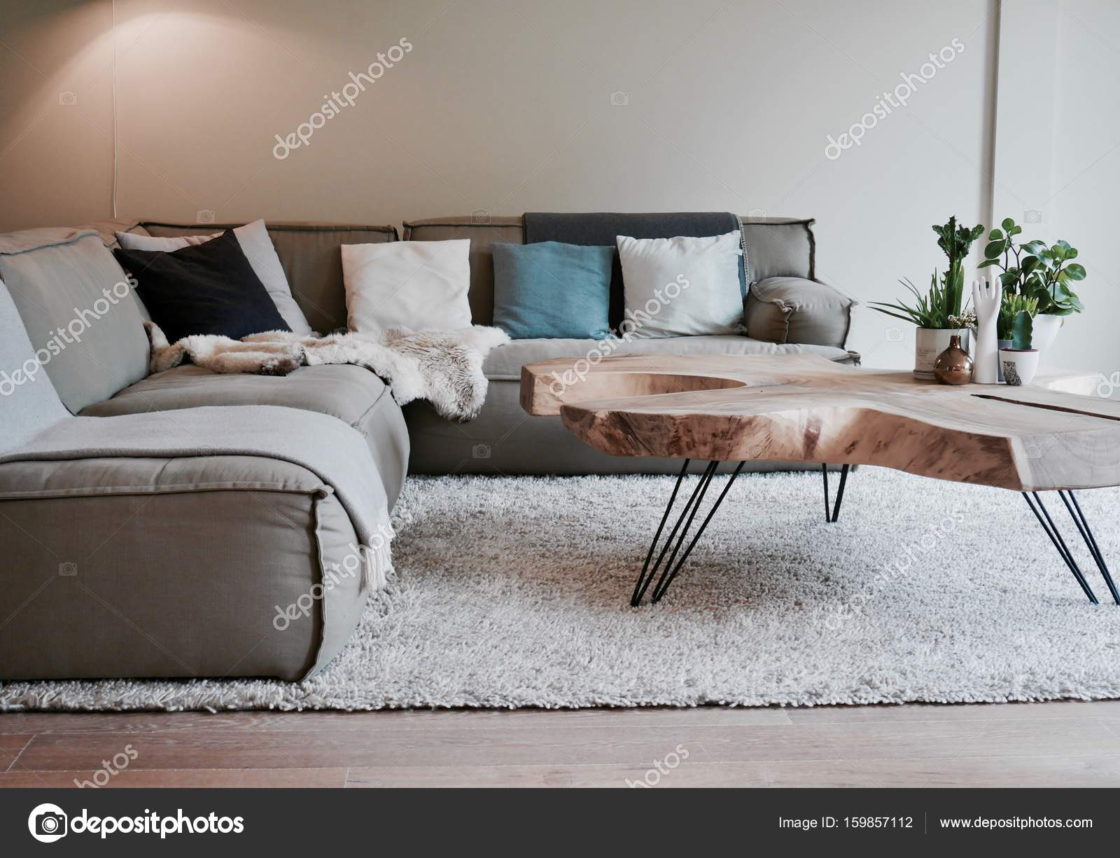 Salontafel Design On Stock.Grote Hoekbank Met Teakhouten Boomstam Salontafel Stock Photo