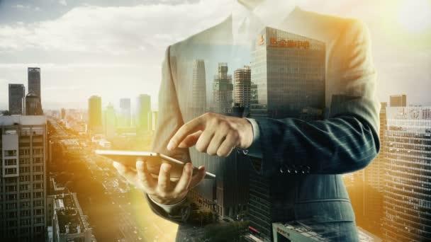 Peking Stadtbild Geschäftsmann mit digitalem Tablet. Doppelbelastung.