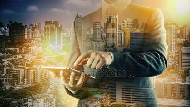 Bangkok panoráma podnikatel pomocí digitálního tabletu. Dvojitá expozice.