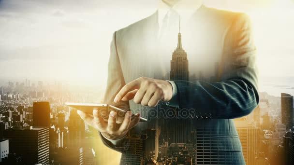 New York-i Empire State városkép üzletember digitális tábla. Dupla expozíció.