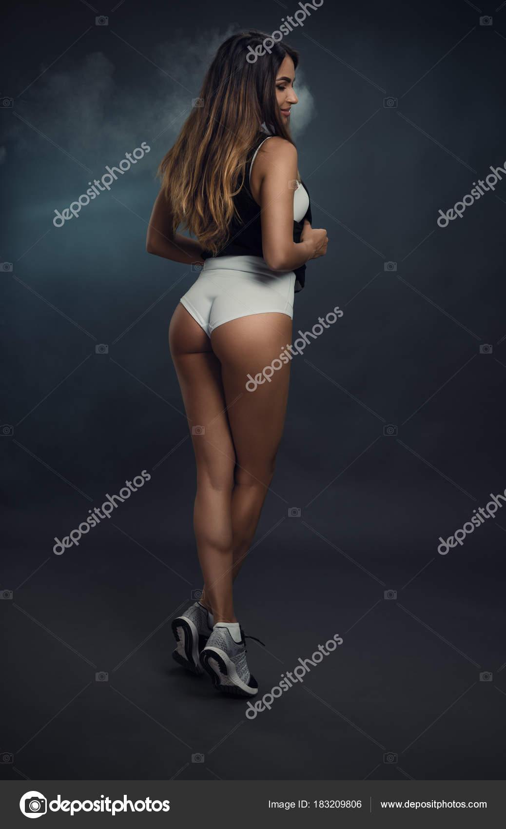 Красивая задница девушки в трусиках белых 12