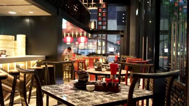 Interiérový nábytek čínské restaurace bez lidí. Kamera ve vietnamské restauraci. 5. května 2012, Ho Či Minovo město, Vietnam.