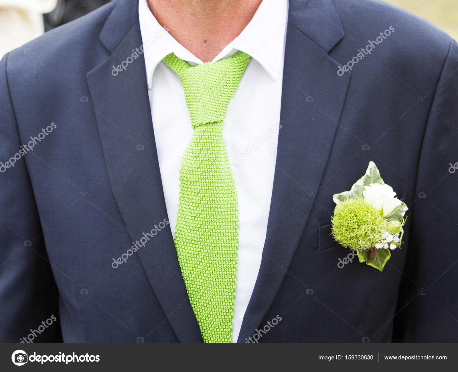Novio Con Azul Traje Y Corbata Verde De Cerca