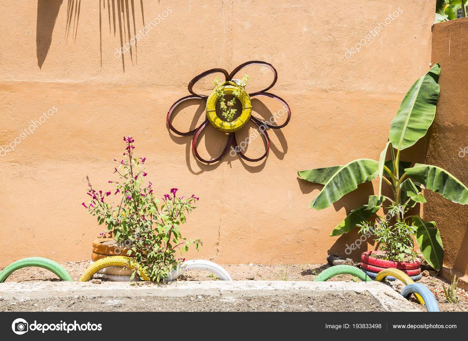 Lit de fleurs insolites dans le jardin. Une plate-bande de vieux ...