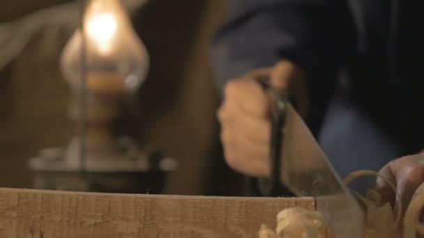 tesařský mistr dělá basting na desce s tužkou, kreslí, řemeslník Nástroj pro práci v dílně