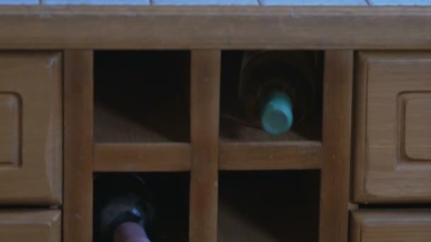 Lahvové víno je uložen v tabulce v kuchyni. Jezdec pohybu kamery