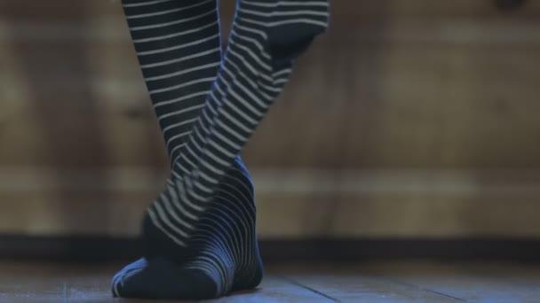 Ten muž má na sobě pruhované ponožky