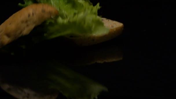 Burger spadá v pomalé akci na stole