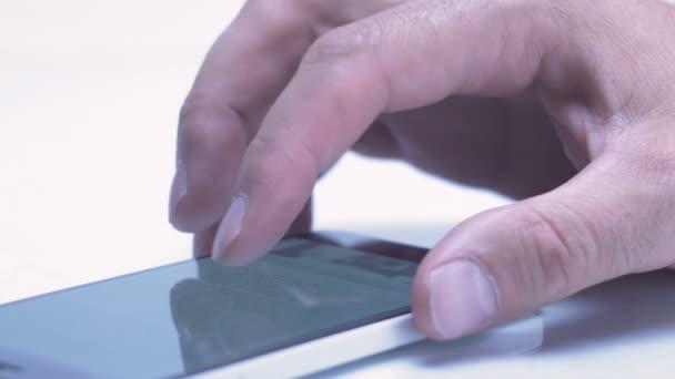 Männliche Finger scrollen und Touch-Screen-Smartphone mit der mobilen app tippen