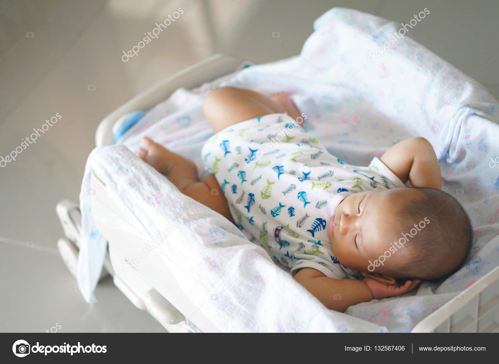 Aziatische Baby Slapen Stockfoto Bonnontawat 132567406