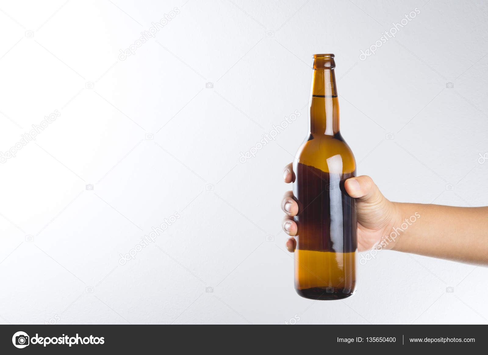 Фото с бутылкой пива в руке на фоне
