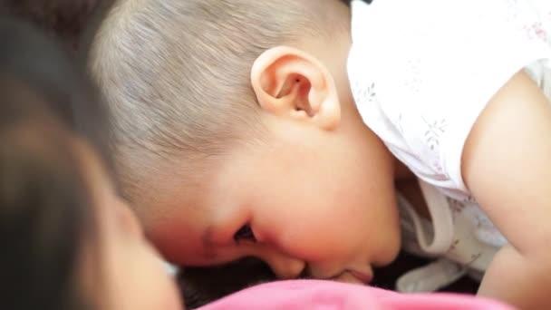 ein Jahr alte asiatische Baby stillen
