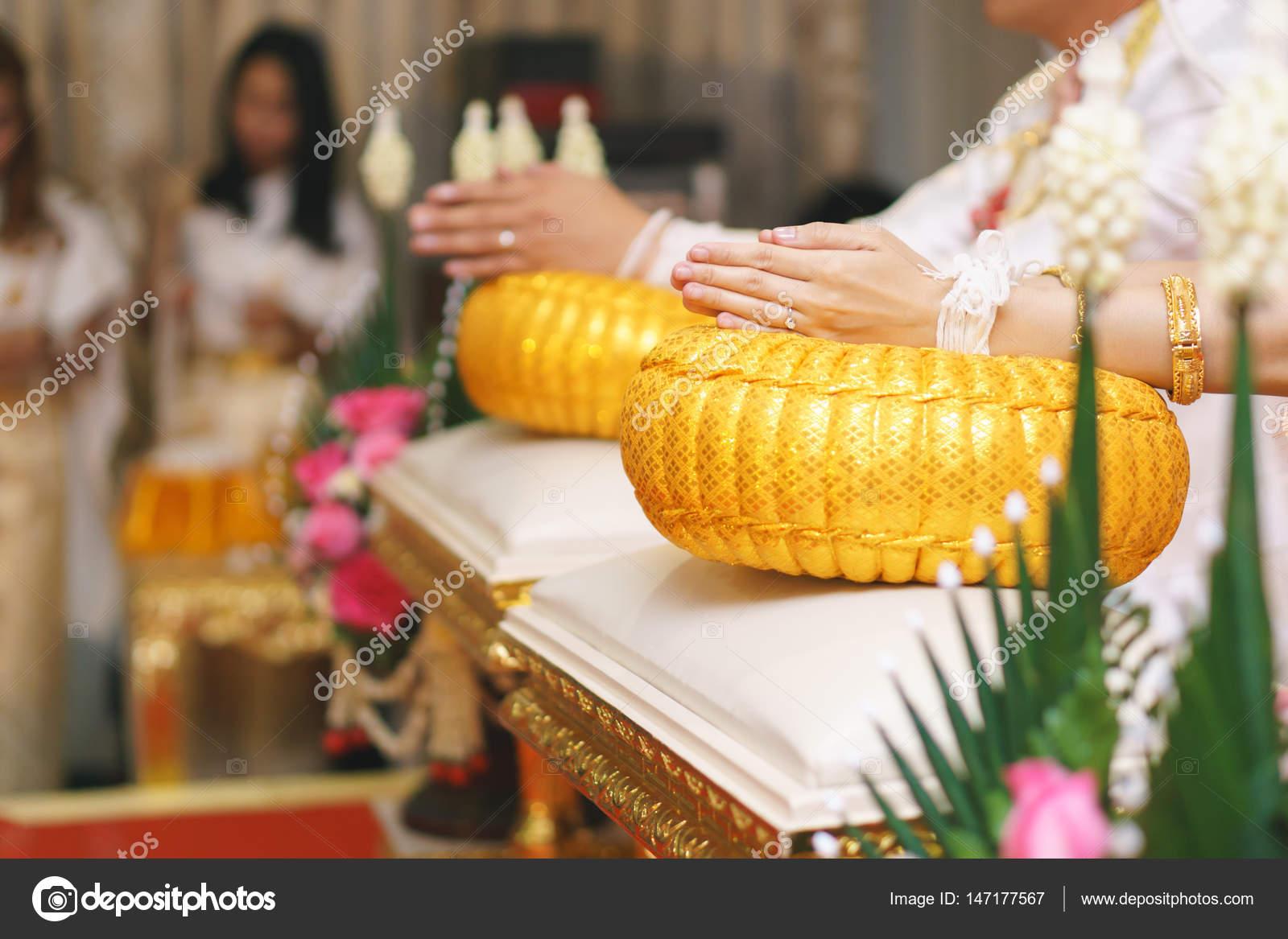 4b4570344a3f Cerimonia di nozze tailandese settentrionale da polso mano cravatta con  filo di Santo — Foto di ...