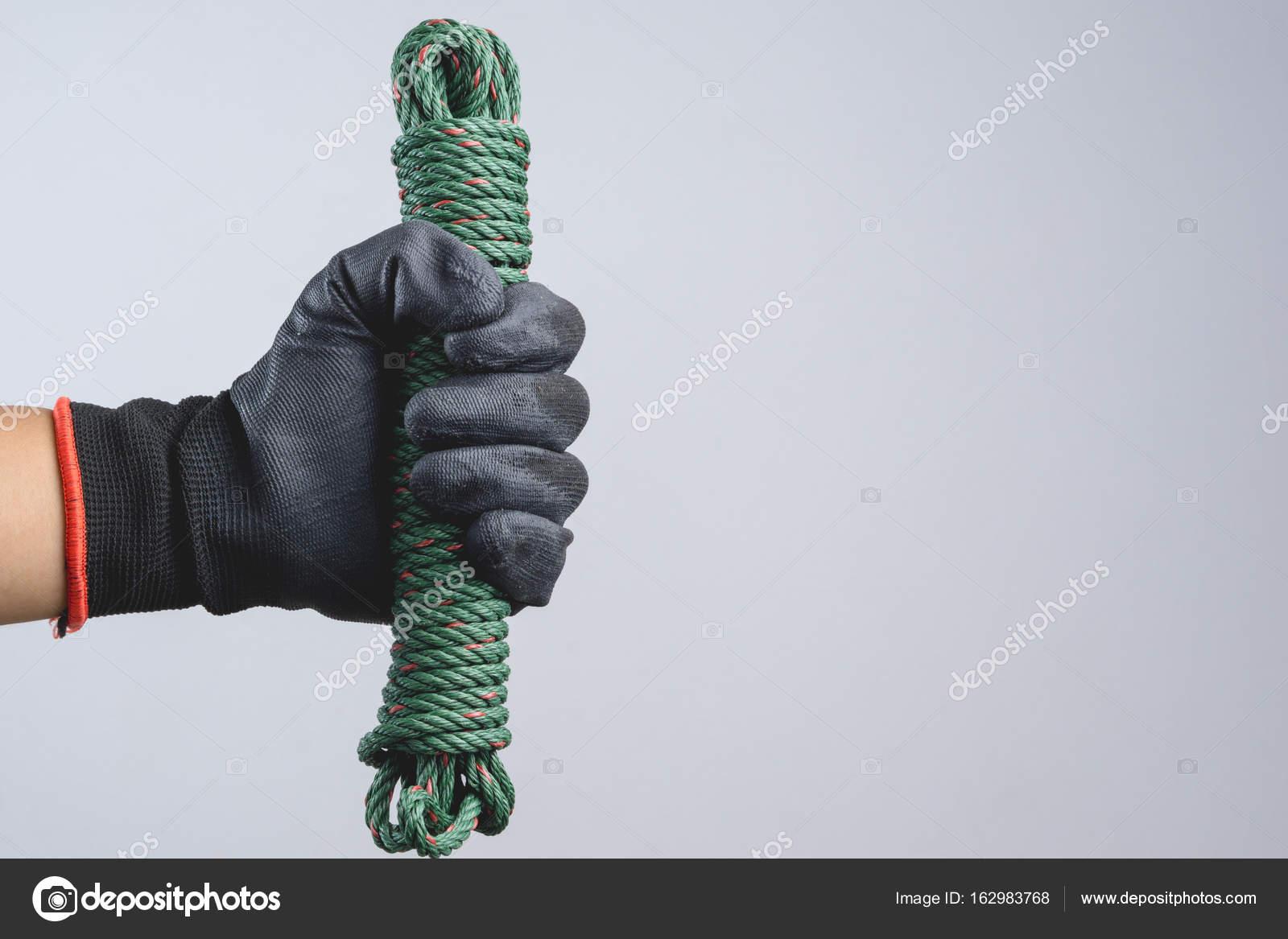 Φοράει σκούρο γάντι χέρι και κρατώντας πράσινο κορδόνι από άνετο αλεξίπτωτο  — Φωτογραφία Αρχείου deefba9c532