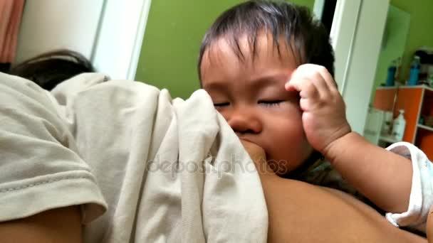 ein Jahr und sechs Monate altes asiatisches Baby stillen