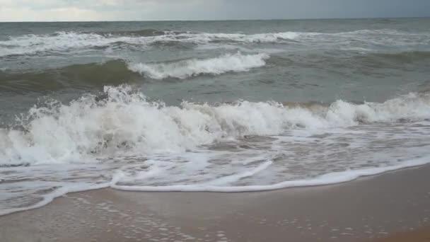 Vihar a tengeren. Az Azovi-tenger partja viharos időben. Hullámok, szél és a tenger permete. Oroszország