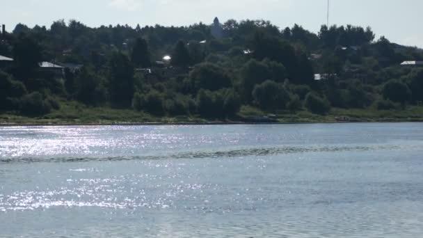 Malebný pohled na letní řeky a města