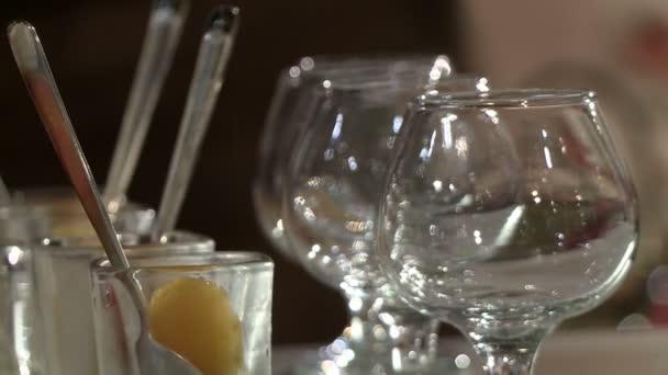 Koktejlové sklenice v kavárně