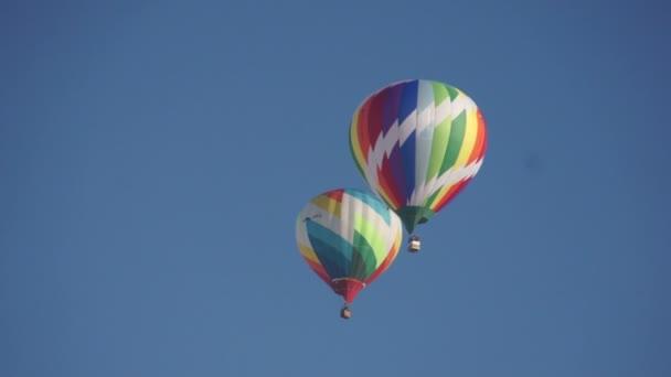 Rainbow horkovzdušné balóny létání v nebi