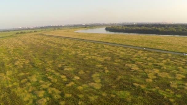 Izgalmas táj, mezők és a folyók. Szemközti nézet