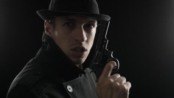 Porträt eines Mafioso mit Hut und schwarzem Mantel