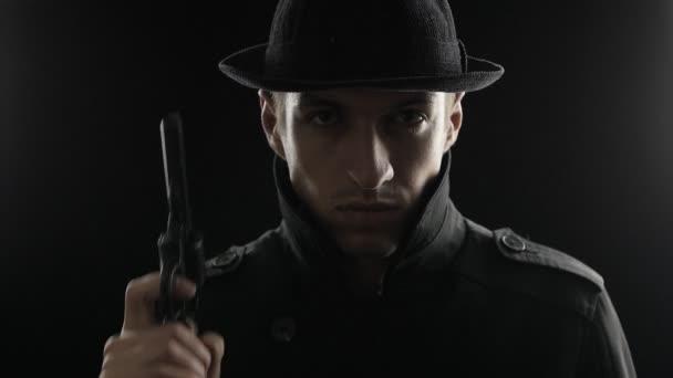 Porträt eines Gangsters mit Hut und schwarzem Mantel