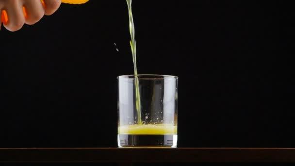 Man Orangensaft Natron Glas in Zeitlupe in Gießen