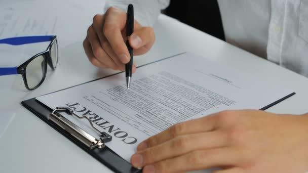 Mann schließt Vertrag ab und unterschreibt