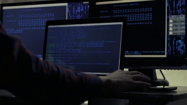Hacker pracující na počítači v tmavé kanceláři místnosti