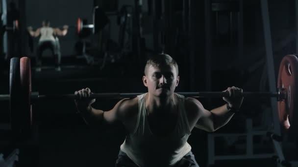 Člověk dělá činka tréninku v tělocvičně, zdravého životního stylu