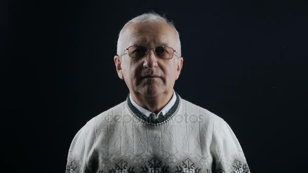 Porträt Der ältere Mann Mit Brille Und Graue Haare Stockvideo