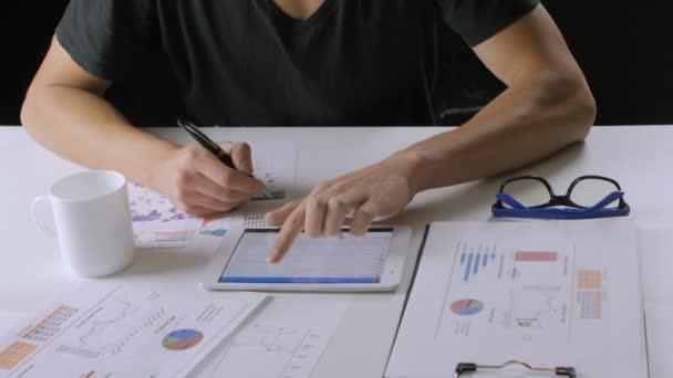 podnikatel analyzuje trhu údaje informace o moderních digitálních tabletovém počítači