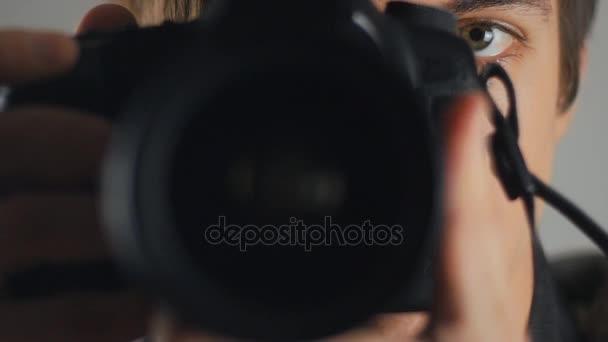 Nahaufnahme von Fotograf nimmt Bilder mit Dslr-Kamera