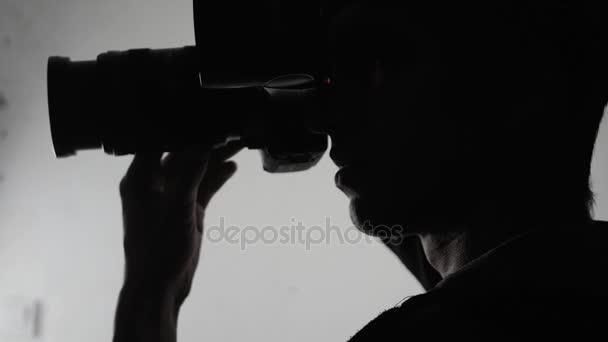 Fotograf silueta detail. Muž se fotí s Dslr fotoaparát.