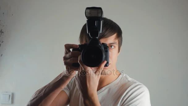 Fotograf nimmt Bilder mit Dslr-Kamera