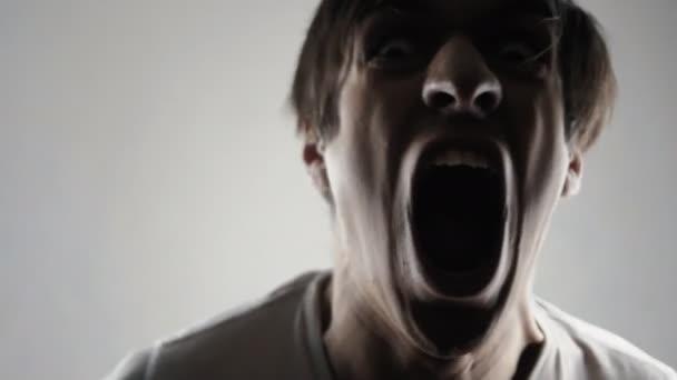 Őrült dühös ember sikoltozik. Veszély erőszak