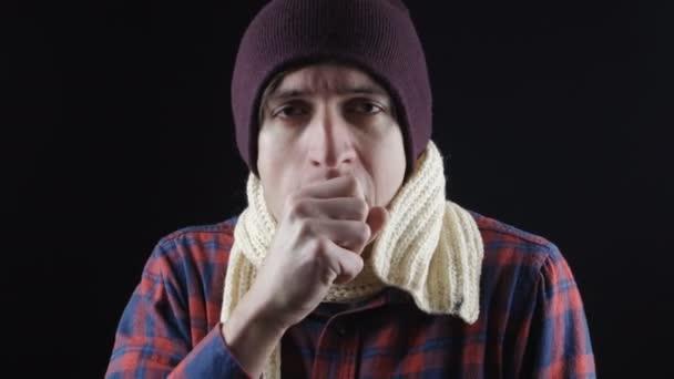 Husten, krank Jüngling Husten, isoliert. Er warm gekleidet und litt an Wärme