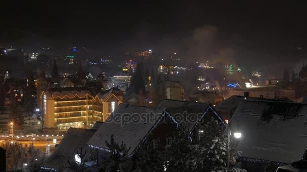 Zeitraffer der Nacht Winter Schneedorf. Bergtourismus. Wintersaison