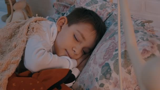 malý chlapec spí v dětském pokoji