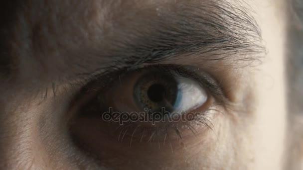 Detailní záběr oko zlobí vážné člověka