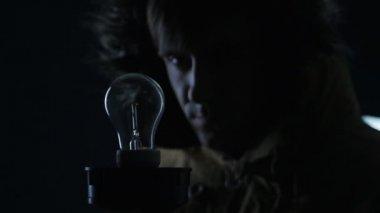 Foco Luz Iluminando Cuarto Oscuro Concepto Energía — Vídeos de Stock ...